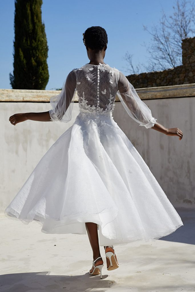 In questa foto una modella indossa un abito da sposa Peter Langner 2022, presentato alla New York Bridal Fashion Week 2021