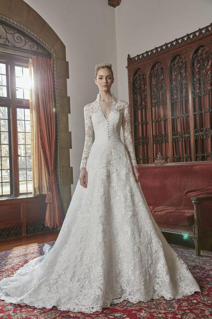 In questa foto una modella indossa un abito da sposa Sareh Nouri 2022, presentato alla New York Bridal Fashion Week 2021