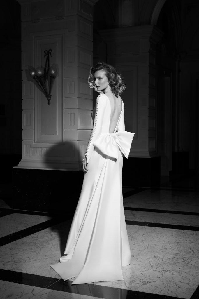 In questa foto una modella indossa un abito da sposa Viktor e Rolf Mariage 2022, presentato alla New York Bridal Fashion Week 2021