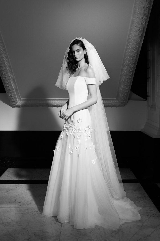 In questa foto una modella indossa un abito da sposa Viktor & Rolf Mariage 2022 presentato alla New York Bridal Fashion Week 2021