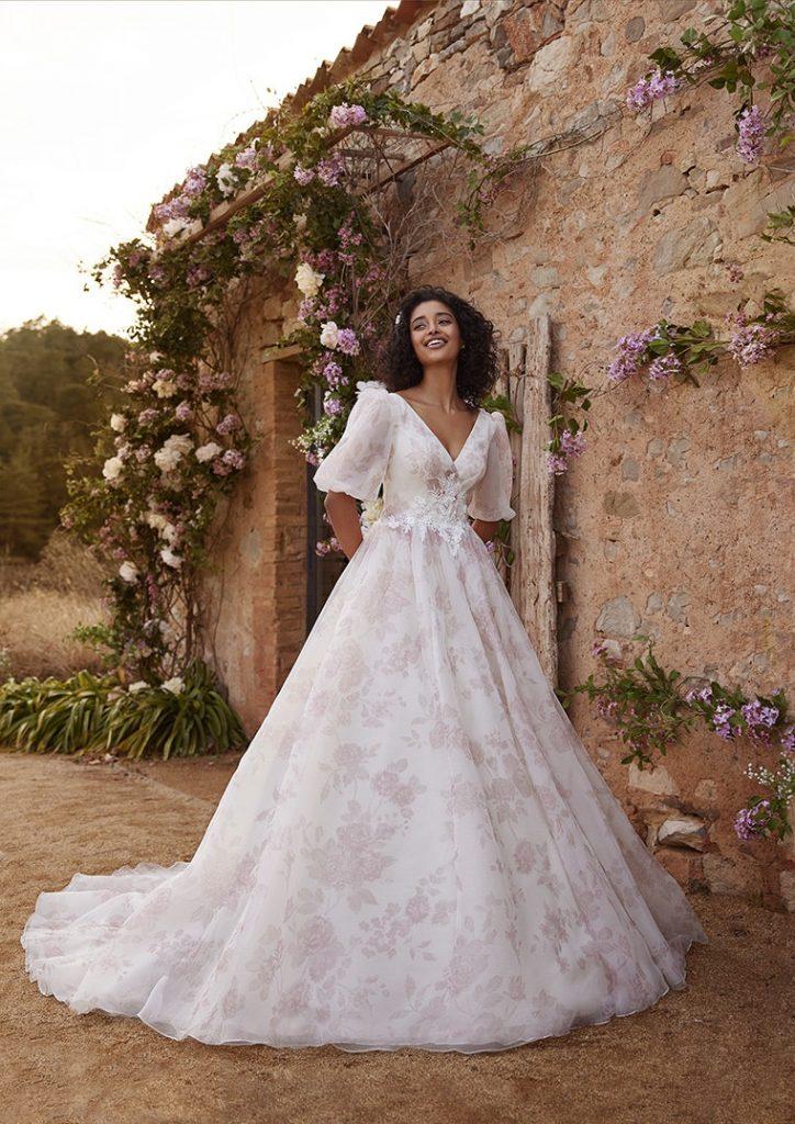 In questa foto una modella indossa un abito da sposa White One 2022, presentato alla New York Bridal Fashion Week 2021