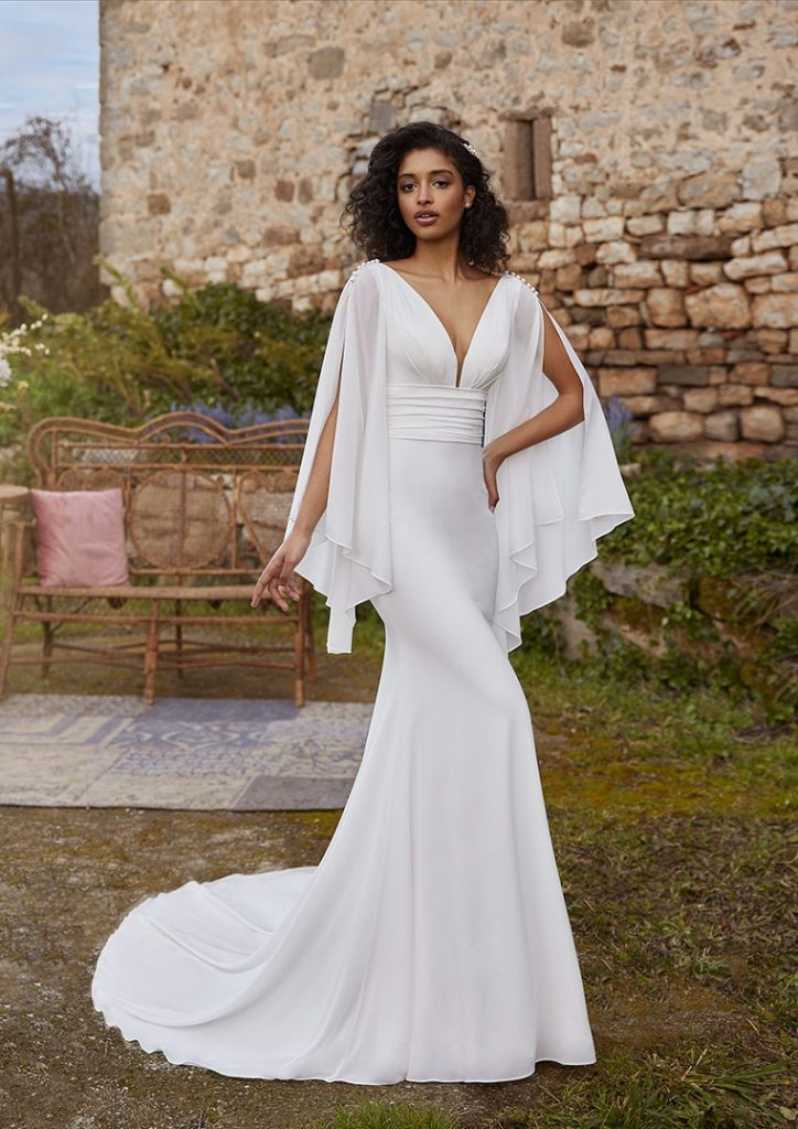 In questa foto una modella indossa un abito da sposa White One by Pronovias 2022, presentato alla New York Bridal Fashion Week 2021