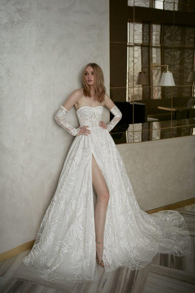 In questa foto una modella indossa un abito da sposa Neta Dover 2022, presentato alla New York Bridal Fashion Week 2021