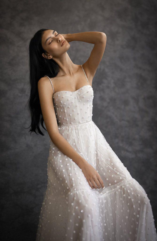 In questa foto una modella indossa un abito da sposa Dana Harel 2022, presentato alla New York Bridal Fashion Week 2021