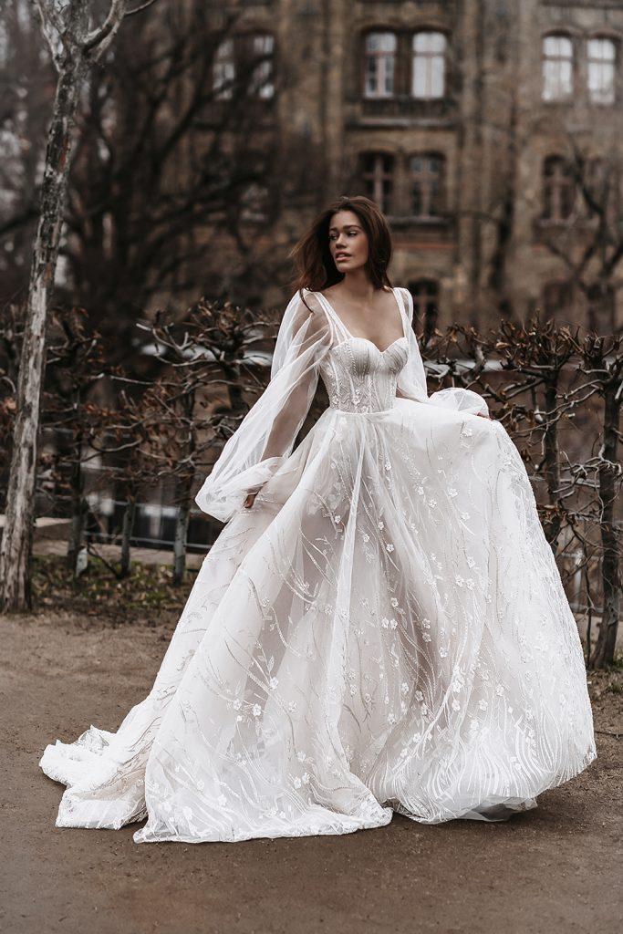 In questa foto una modella indossa un abito da sposa Galia Lahav 2022