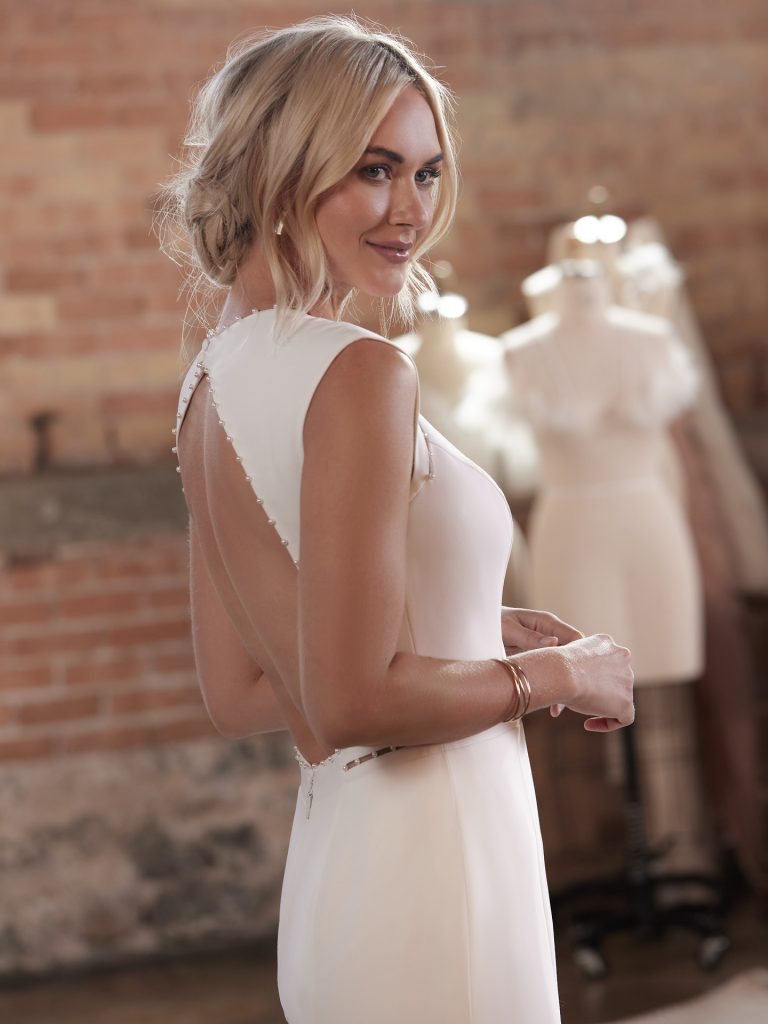 In questa foto una modella indossa un abito da sposa Alexandra Grecco 2022, presentato alla New York Bridal Fashion Week 2021