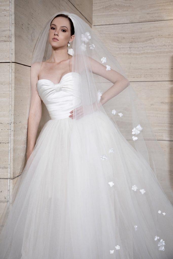 In questa foto una modella indossa un abito da sposa Elie Saab 2022, presentato alla New York Bridal Fashion Week 2021