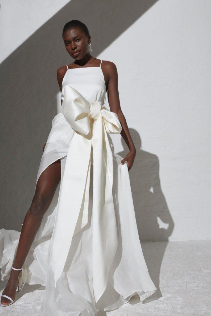 In questa foto una modella indossa un abito da sposa Kaviar Gauche 2022, presentato alla New York Bridal Fashion Week 2021