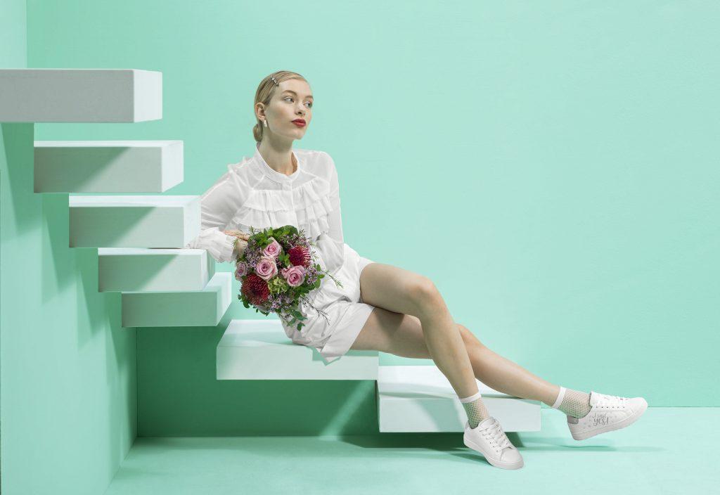 In foto un modello di sneakers da sposa Deichmann