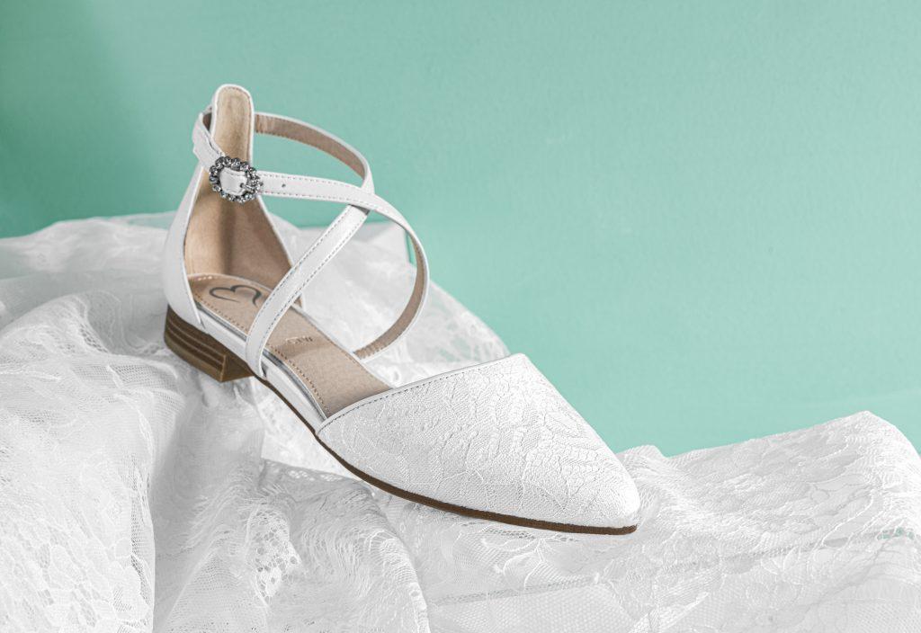 In foto un modello flat di scarpe da sposa Deichmann