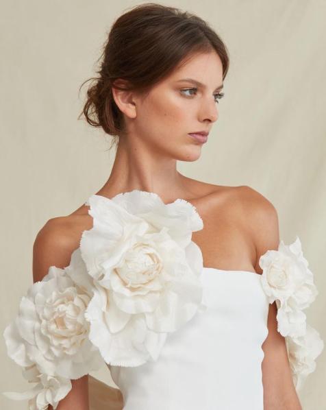 In questa foto una modella indossa un abito da sposa Oscar De La Renta Bridal, presentato alla New York Bridal Fashion Week 2021