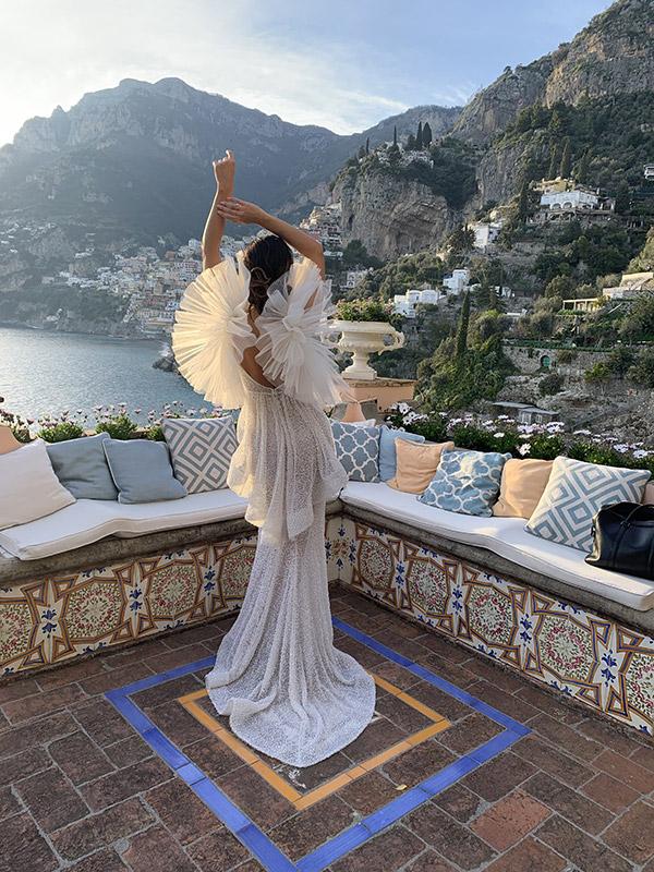Abito da sposa con originali maniche con volant e ruches