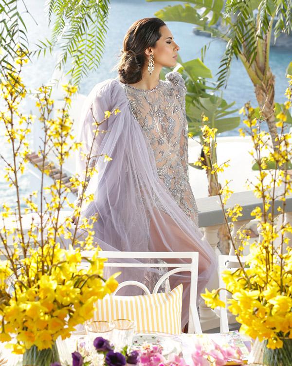 In questa foto un elegante abito da sposa in stile hollywoodiano e un'acconciatura morbida