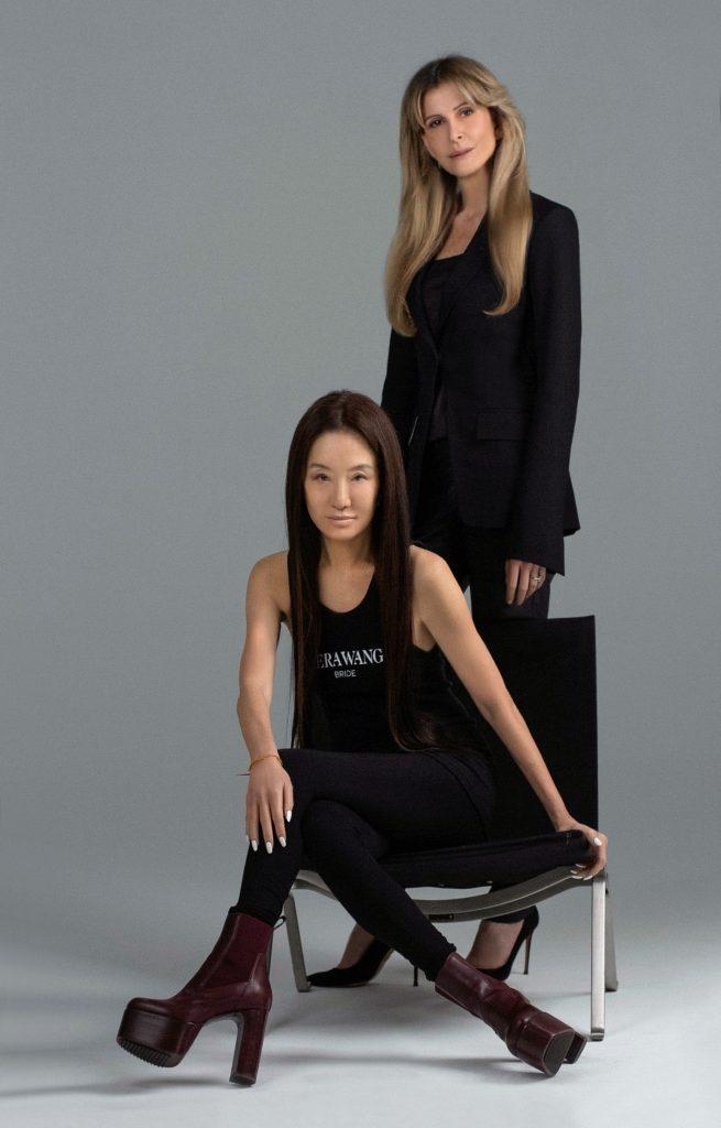 In questa foto la stilista Vera Wang seduta su una poltrona e alle sue spalle, in piedi, il Ceo di Pronovias, Amandine Ohayon