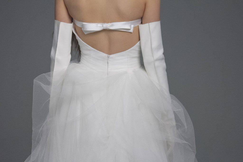 In questa foto il dietro di un abito da sposa Vera Wang mentre è indossato da una modella