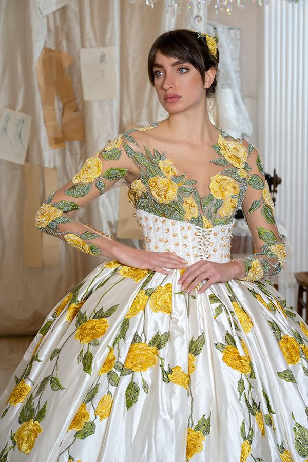 Un abito ricamato a mano della collezione 2022 firmato Amelia Casablanca