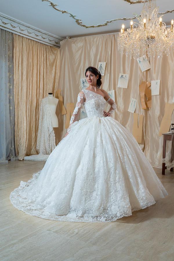 Un modello regalo della collezione di abiti da sposa Amelia Casablanca 2022