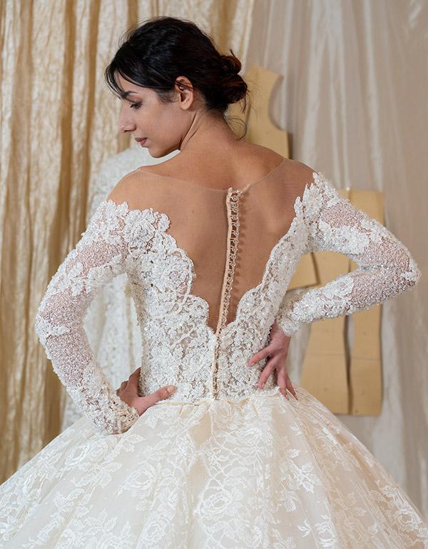 Un abito da sposa con le maniche in pizzo.
