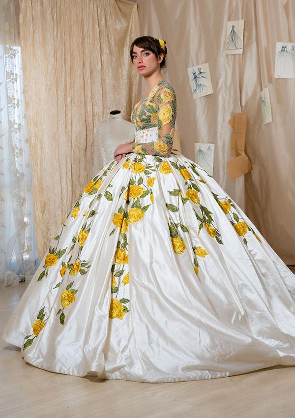 Un modello con fiori ricamati a mano della collezione di abiti da sposa Amelia Casablanca 2022