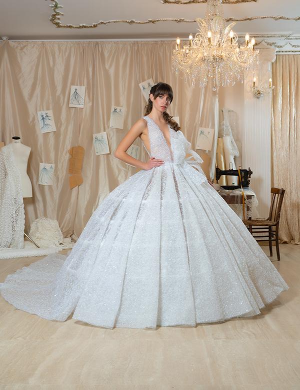 Un modello ricoperto da cristalli della collezione di abiti da sposa Amelia Casablanca 2022