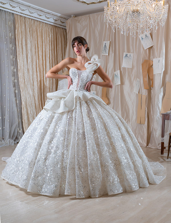 Un modello con fiori in cristalli della collezione di abiti da sposa Amelia Casablanca 2022