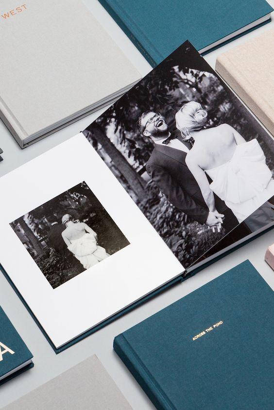 In questa foto un album di matrimonio in bianco e nero con copertina colore verde ottanio e grigio