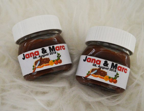 In questa foto vasetti di Nutella con i nomi degli sposi usati come bomboniere per un matrimonio a tema cioccolato