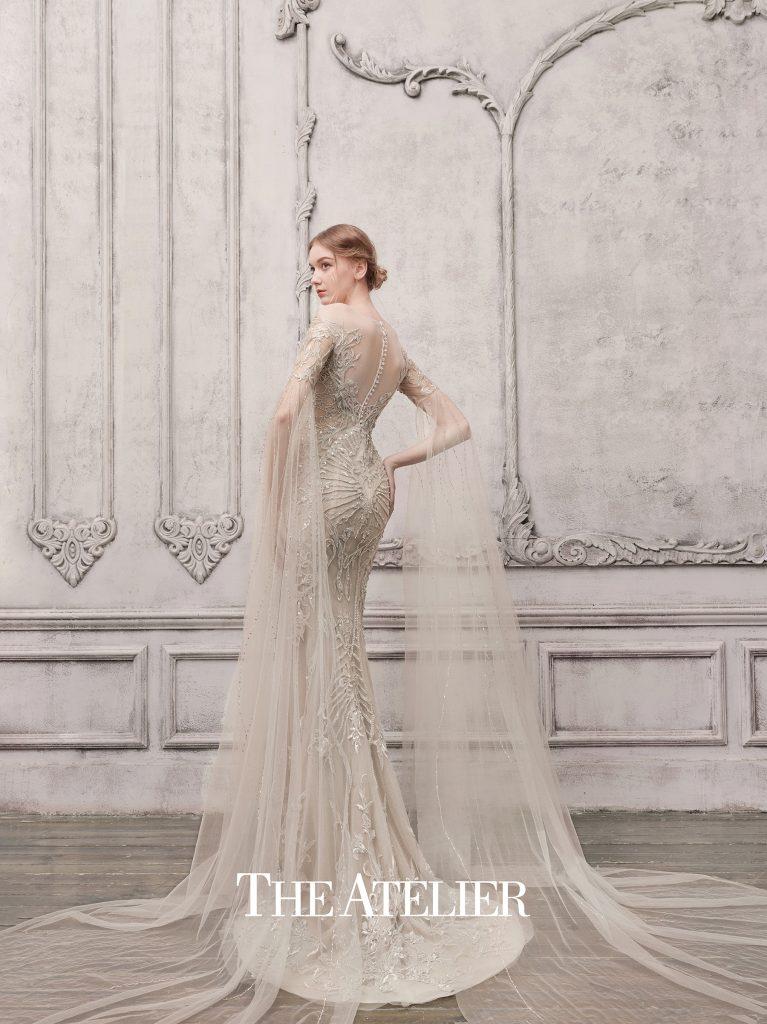 In questa foto una modella indossa un abito da sposa The Atelier Couture 2022, presentato alla New York Bridal Fashion Week 2021