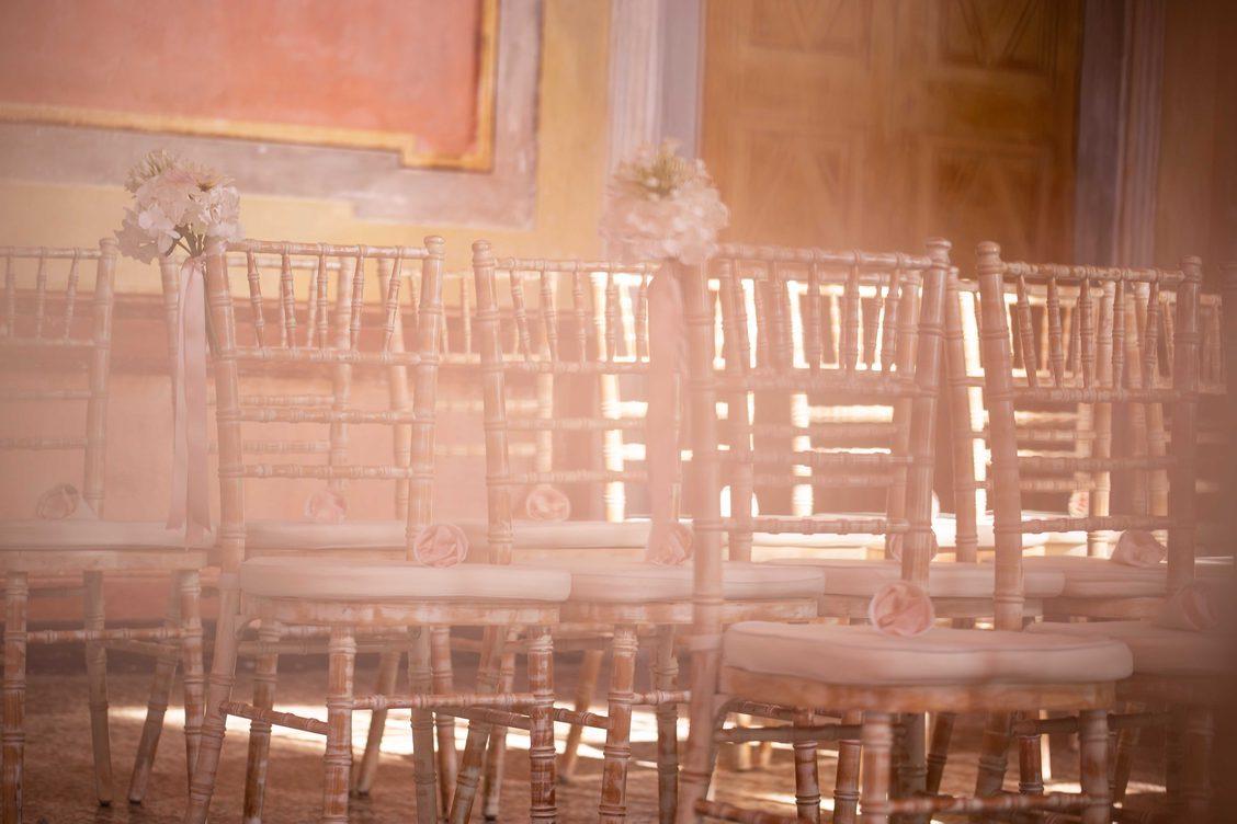 In questa foto le sedie disposte per un matrimonio vuote