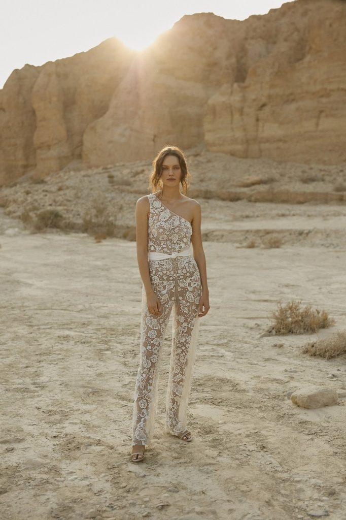 In questa foto una modella indossa un abito da sposa con pantaloni Eisen Stein 2022, presentato alla New York Bridal Fashion Week 2021