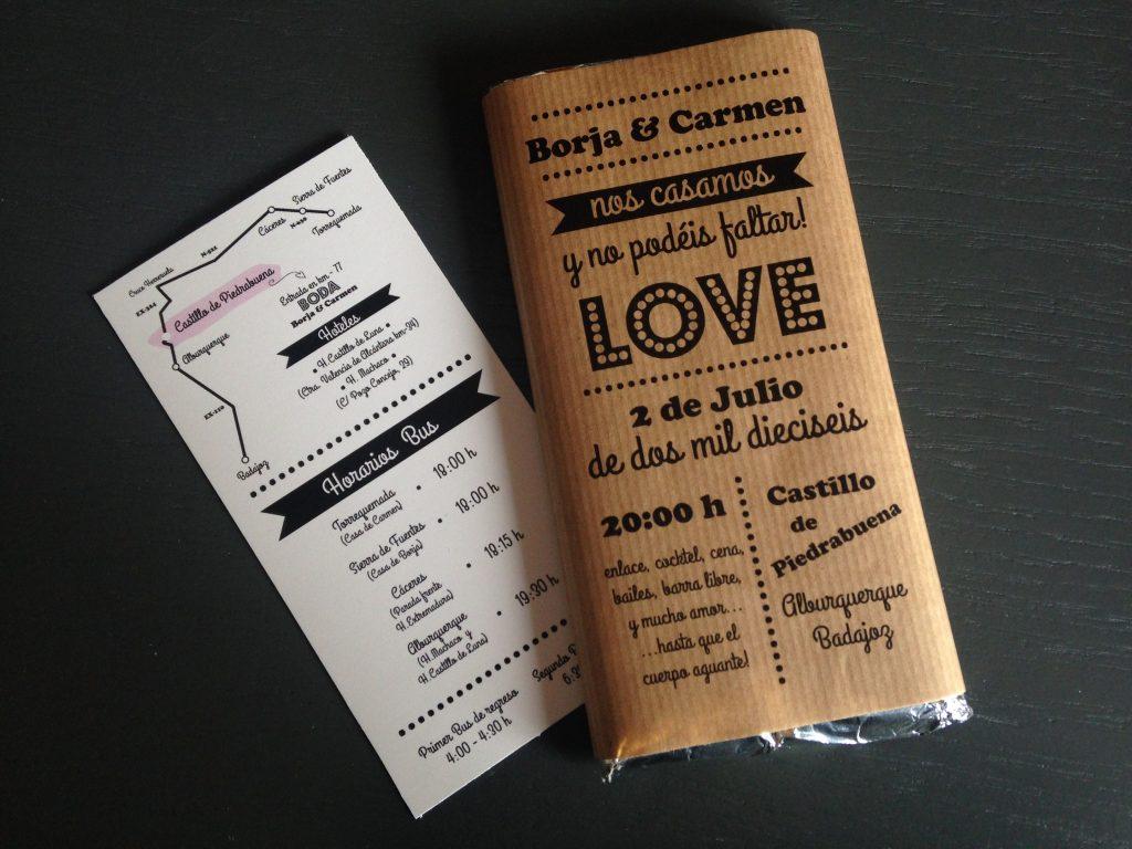 In questa foto partecipazioni per un. matrimonio a tema cioccolato a forma di tavolette. Sulla confezione esterna sono riportati i dettagli della cerimonia e del ricevimento