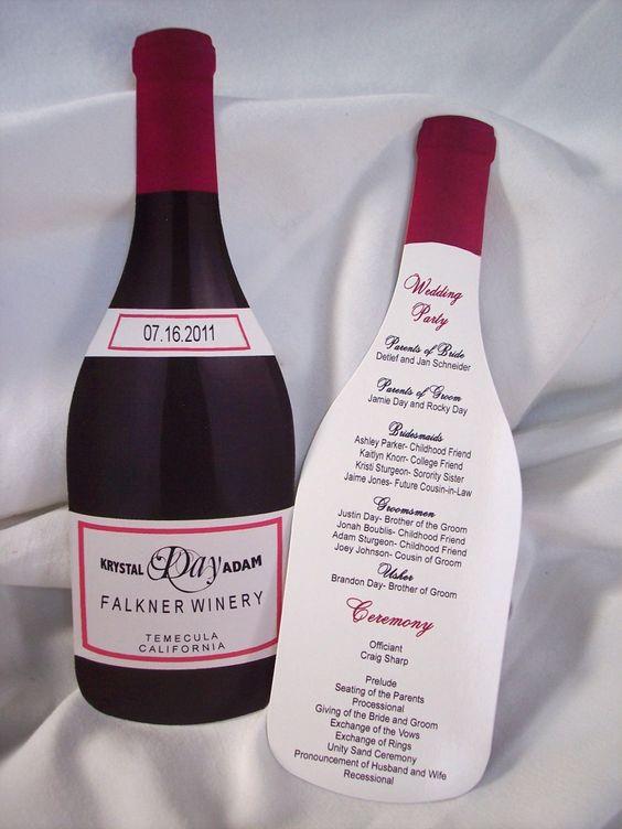 In questa foto una partecipazione a forma di bottiglia di vino rosso. Sull'etichetta vengono riportati i nomi degli sposi e la data delle nozze. Sul retro tutti i dettagli della cerimonia e del ricevimento