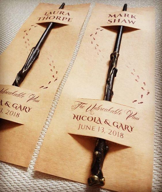 In questa foto delle bacchette magiche inserite in cartoncini segnaposto, ideali per un matrimonio a tema Harry Potter