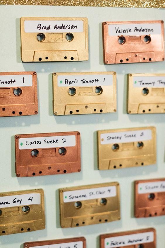 In questa foto un tableau mariage con audiocassette nei colori oro e bronzo ideale per un matrimonio vintage a tema anni 80