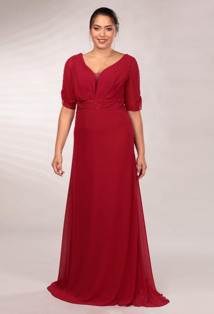 In questa immagine un abito da cerimonia rosso con dettagli preziosi