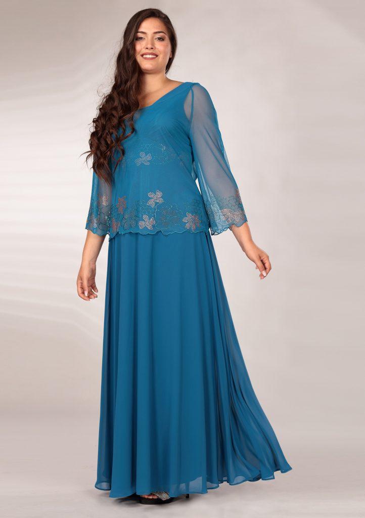In questa immagine un abito da cerimonia blu con dettagli floreali