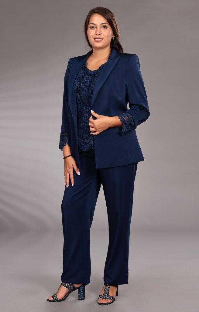 In questa immagine un tailleur blu con blusa in pizzo della collezione Curvy girl di Musani 2021