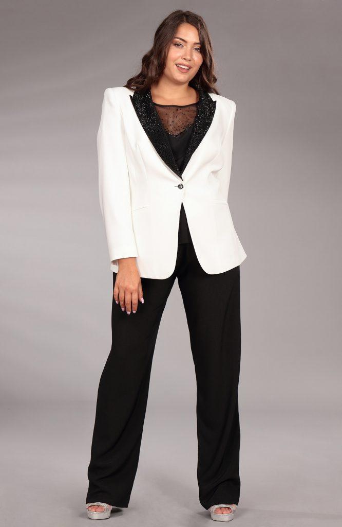 In questa immagine un tailleur con giacca bianca e pantalone nero della linea Curvy girl di Musani 2021