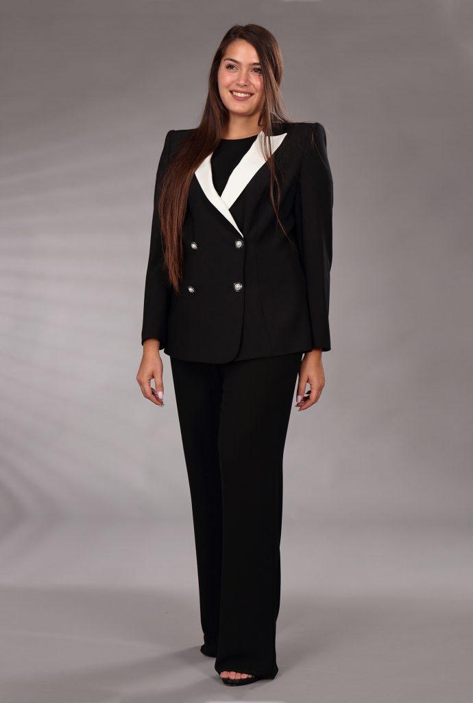 In questa immagine un tailleur nero con revers bianchi della linea Curvy girl di Musani 2021