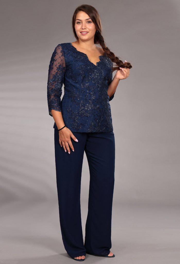 In questa immagine una blusa sparkling abbinata ad un pantalone blu della linea 2021 della maison italiana