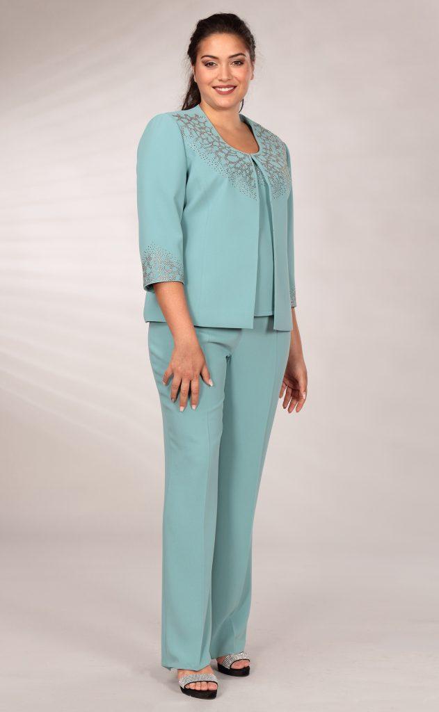 In questa immagine un tailleur azzurro della collezione Curvy girl di Musani 2021