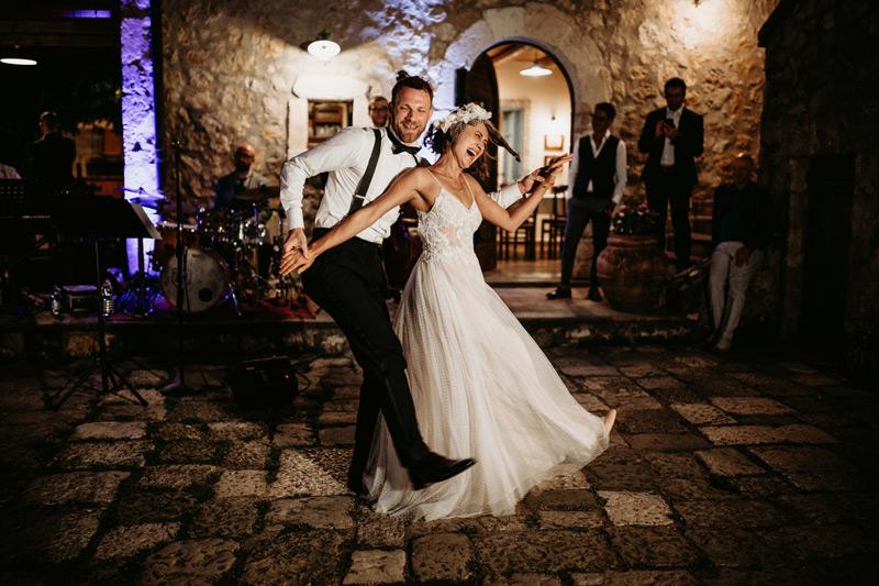 In questa foto due sposi mentre ballano durante il loro ricevimento di matrimonio