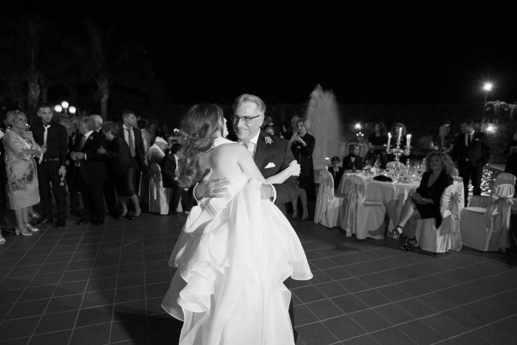 In questa foto un padre mentre balla con la figlia durante il ricevimento di nozze