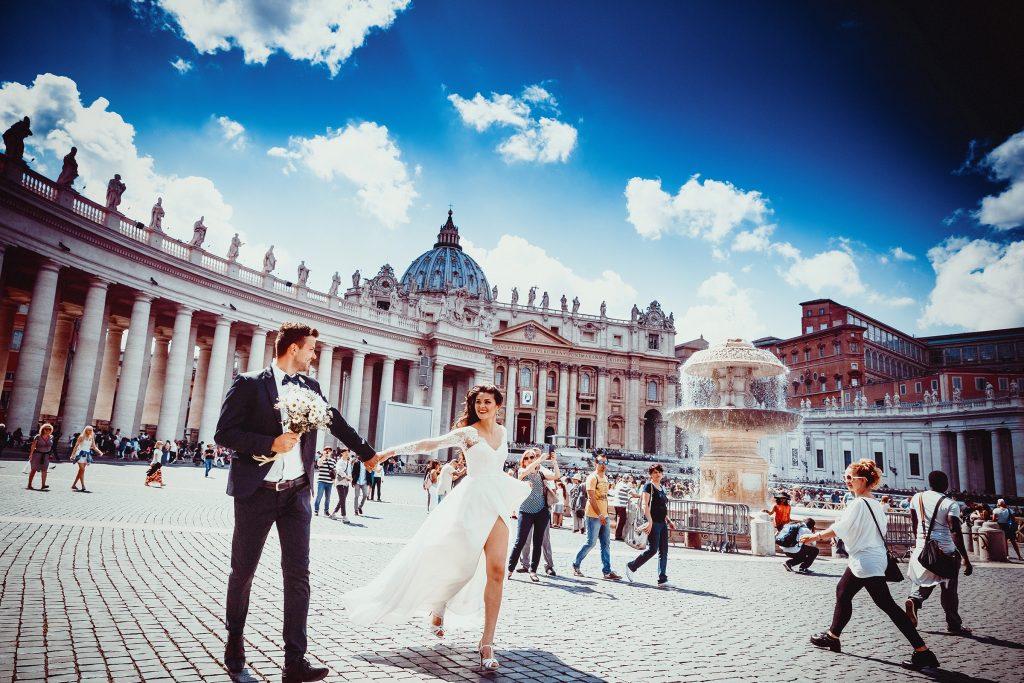 In questa foto due sposi alla Città del Vaticano, a Roma