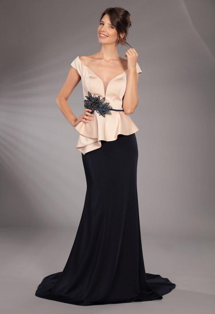 In questa immagine un modello con corpetto cipria e gonna nera della nuova collezione cerimonia della maison italiana.