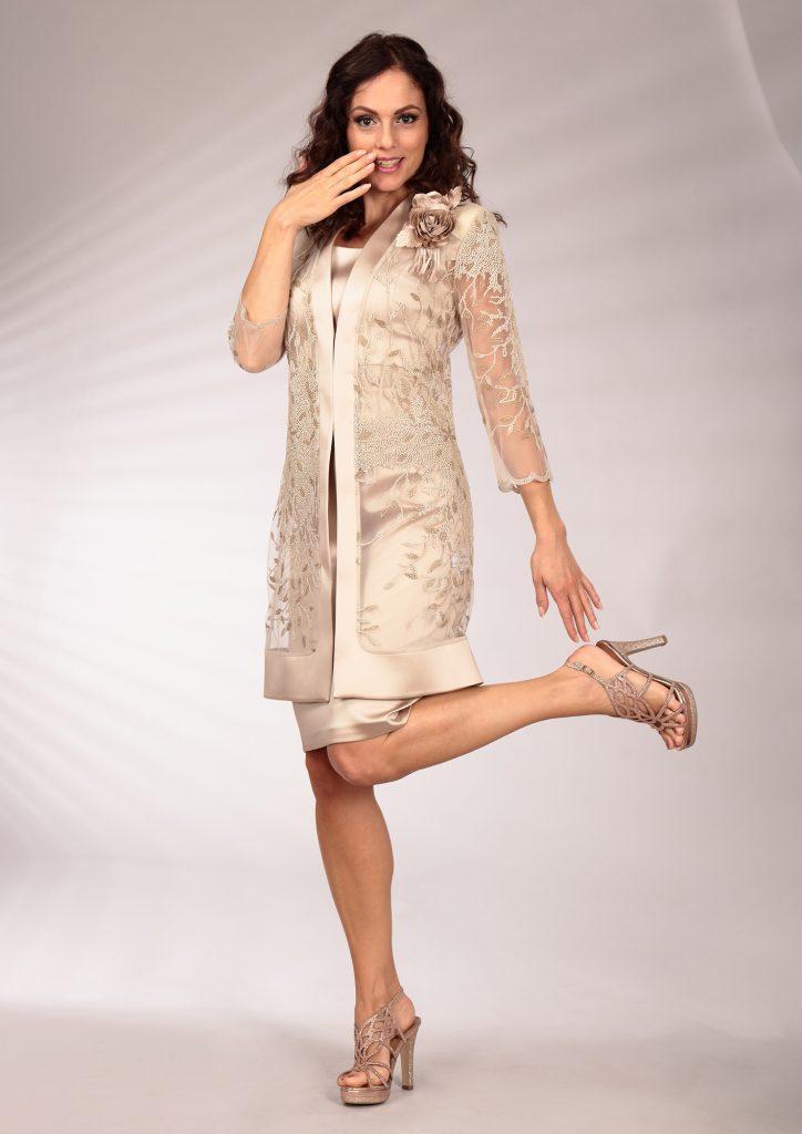 In questa immagine un modello che fa parte della collezione di abiti da cerimonia con giacca e maxi fiore.