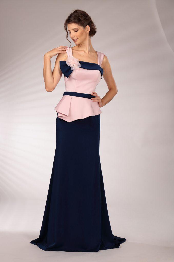 In questa immagine un modello con corpetto cipria e gonna blu della nuova collezione cerimonia della maison italiana.