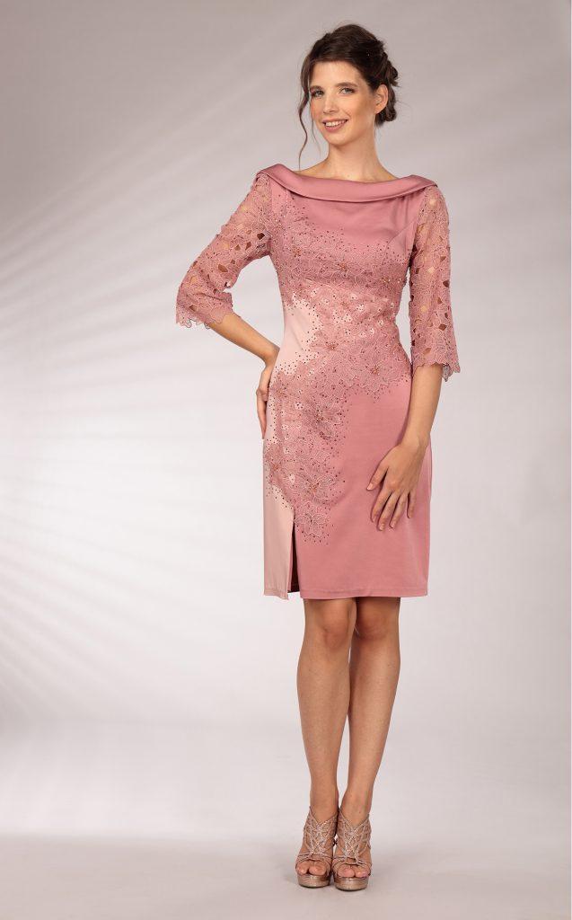 In questa immagine un modello a tubino cipria che fa parte della collezione di abiti da cerimonia per le mamme Musani 2021.