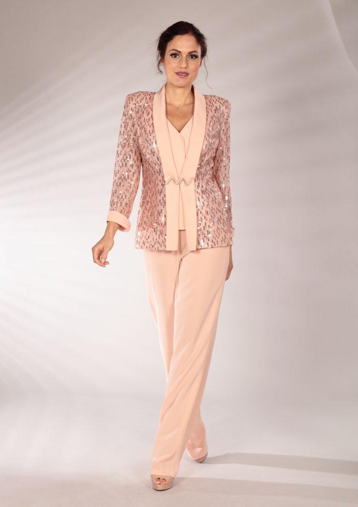 In questa immagine un modello che fa parte della collezione di abiti da cerimonia con giacca brillante.