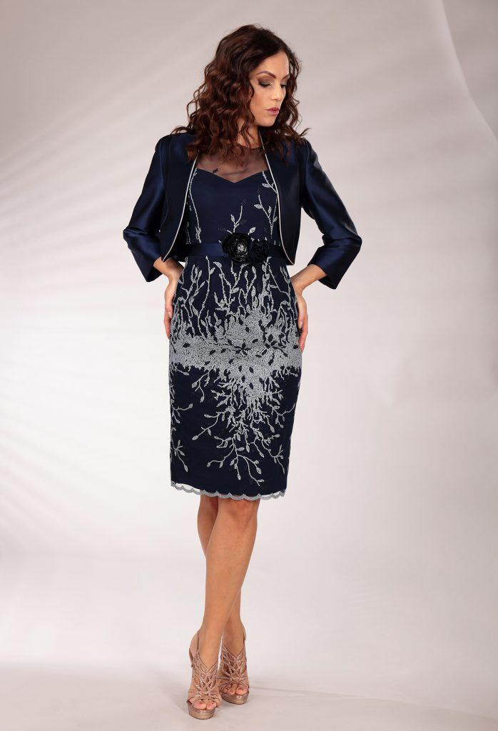 In questa immagine un modello che fa parte della collezione di abiti da cerimonia con giacca elegante.